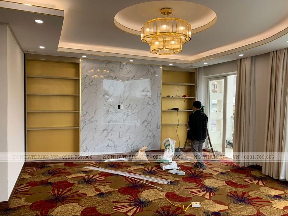 Không gian phòng khách là 2 tủ trang trí và mặt đá Vicostone ở chính giữa