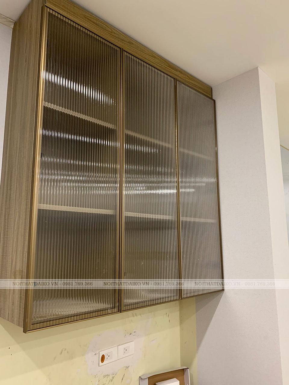 Tủ bếp cánh kính bản nhôm 22, kính sóng 5 ly cường lực