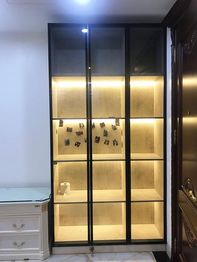 Tủ trang trí phòng khách cánh kính khung nhôm
