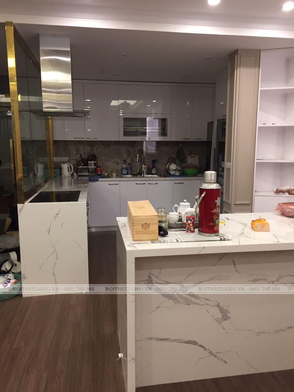 Không gian bếp sang trọng hiện đại với Tủ bếp cánh kính sơn trắng