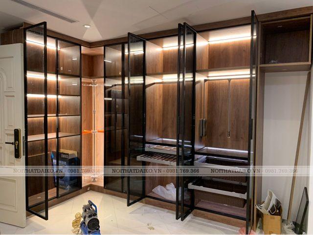 Tủ quần cáo cán kính có hệ thống đèn led làm nổi bật hơn cho cho các món thời trang