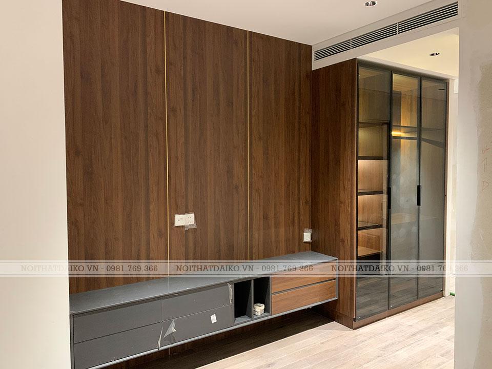 Không gian phòng khách dùng gỗ Plywood ốp tường và làm kệ tivi cùng tủ trang trí cánh kính