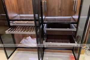 Tủ cánh kính với nhiều ngăn kéo đựng các món phụ kiện thời trang