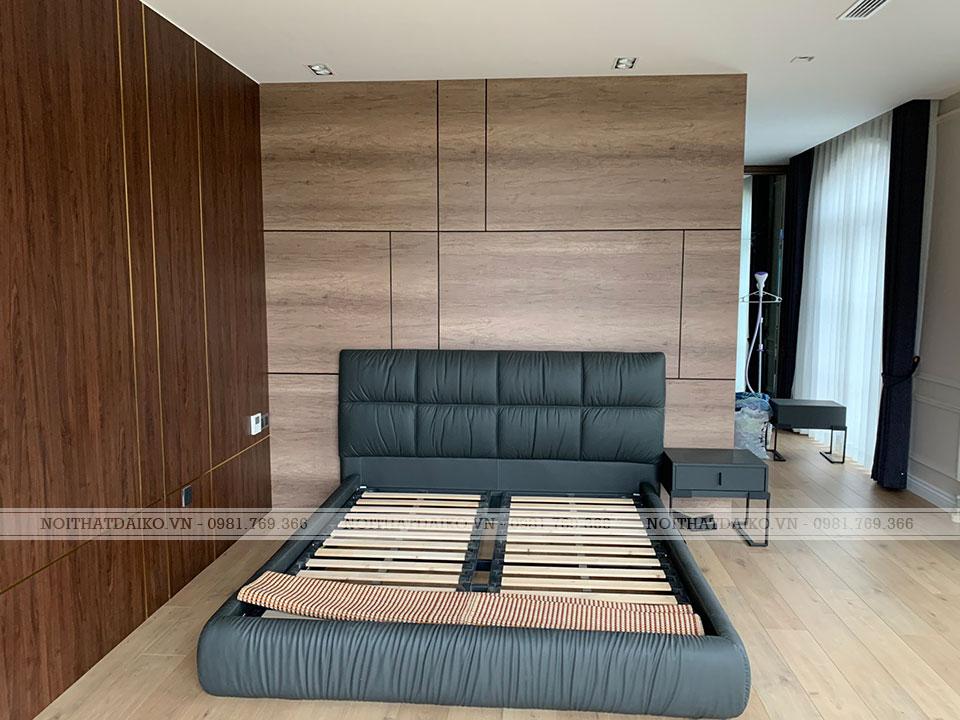 Không gian phòng ngủ đơn giản với tủ gỗ và giường ngủ bọc da